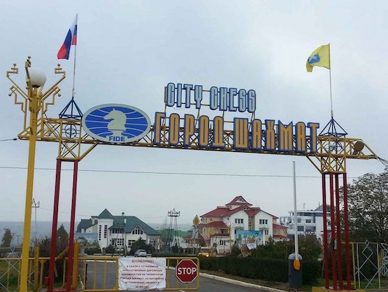 Entrada a la Ciudad del Ajedrez en Elistá, república rusa de Kalmukia