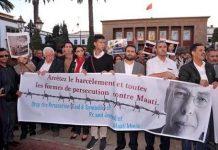 El comité de apoyo a Manjib protesta ante la sede del tribunal