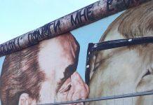 Conrad: un mural recrea el beso entre Gorbachov y Honecker