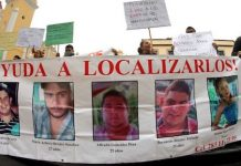 Pancarta por los jóvenes desaparecidos en Veracruz