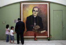 Imagen del arzobispo salvadoreño Óscar Arnulfo Romero, asesinado en 1980 por grupos de extrema derecha cuando oficiaba una misa. Foto: Andes/AFP