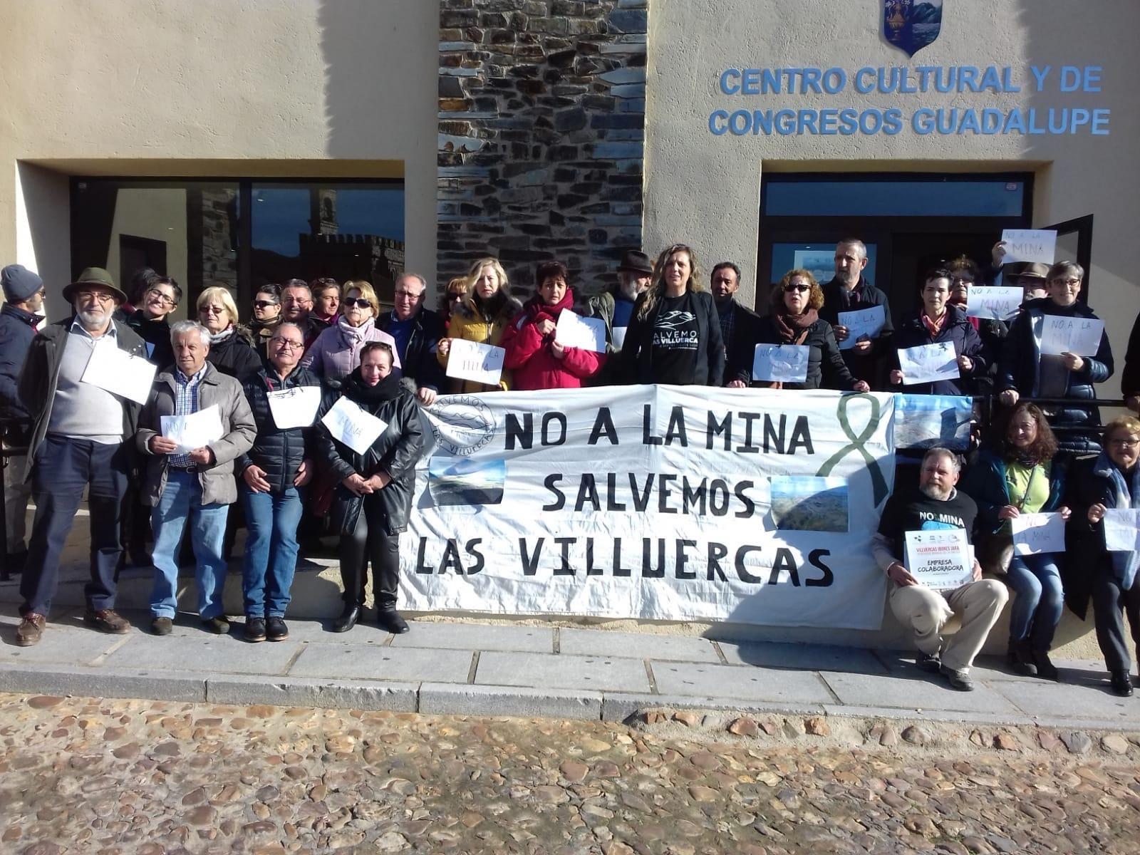 Miembros de la Plataforma Salvemos las Villuercas protestan por los proyectos mineros