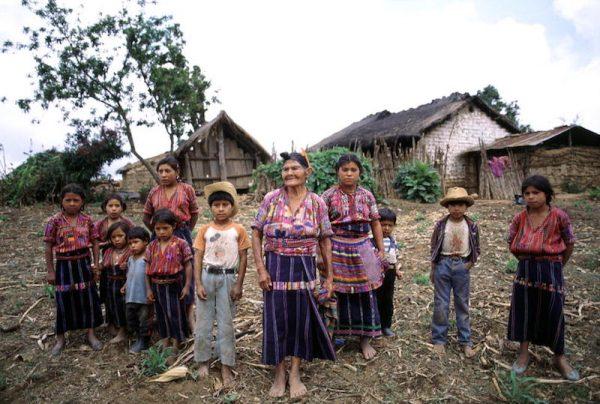 Una familia Cakchiquel en la aldea de Patzutzun, Guatemala. 27 JUN 1993. ONU / John Isaac