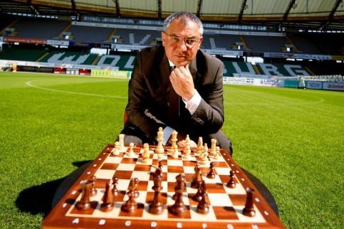 Félix Magath, en su etapa de entrenador del Wolfsburgo –con el que ganó la Bundesliga- con un tablero de ajedrez sobre el terreno de juego.