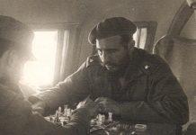 Un joven Fidel Castro jugando al ajedrez.