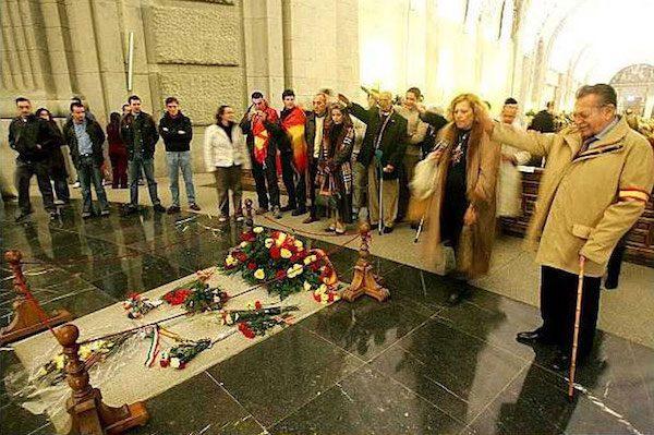 Seguidores de Franco y José Antonio hacen el saludo fascista frente a su tumba en El Valle de los Caídos