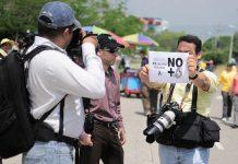 Periodistas hondureños protestan contra una ley de secretos oficiales que atenta contra su función social. Mediante leyes y otros mecanismos los gobiernos latinoamericanos coartan el derecho al acceso a la información, tema este año del Día Mundial de la Libertad de Prensa. Crédito: Thelma Mejía/IPS