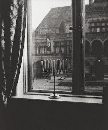 lampara judia sobre bandera nazi