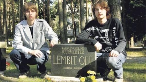 Los hijos de Lembit Oll, Aivost y Ovest, junto a la tumba de su padre, en 2007.