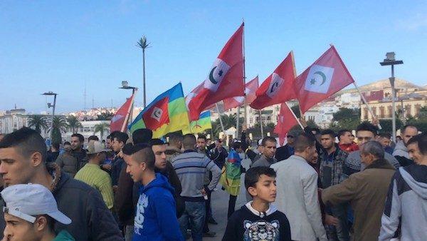 Manifestantes con la bandera de la República del Rif y la amazigh