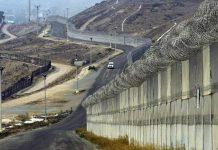Vista parcial del muro en la frontera de EE.UU. con México