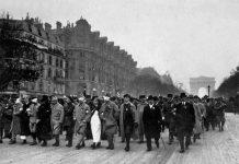 Mutilados de la Primera Guerra Mundial desfilan en París el 11 de noviembre de 1918