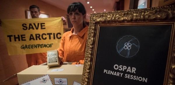 Miembros de Greenpeace entregaron a la Ospar en Tenerife ocho millones de firmas en favor de Salvar el Ártico