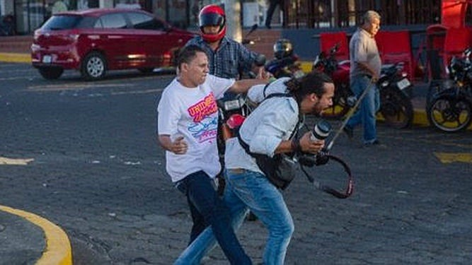 Fotoperiodista agredido en Nicaragua por un elemento parapolicial que se desplazaba en motocicleta (cortesía)