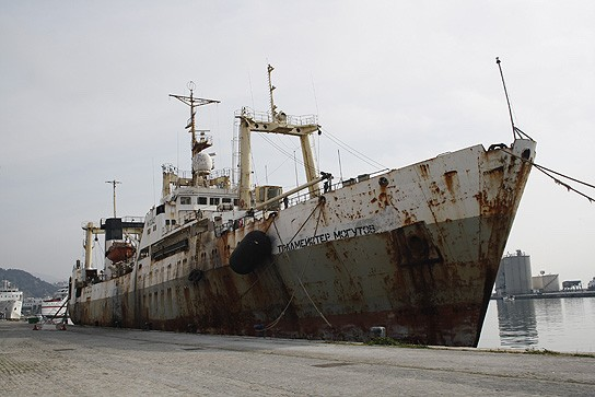 Buque de pesca ruso Tralmeyster Mogutov, 4407 toneladas de registro bruto y 104,5 metros de eslora, atracado en Málaga.