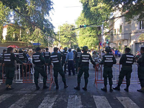 La policía formada en frente de la Corte Suprema de Camboya, en Phnom Penh, en 2017. Crédito: Pascal Laureyn/IPS.