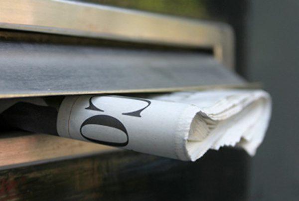 prensa periodicos en el buzón