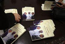"""Ejemplares del libro """"Encuentro, Diálogo y Acuerdo"""", del cardenal Jaime Ortega, presentado en La Habana el viernes 16, mientras el presidente estadounidense Donald Trump anunciaba en Miami el congelamiento parcial del deshielo con Cuba. Crédito: Jorge Luis Baños/IPS"""