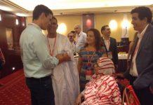 Pedro Sánchez saluda a la delegación saharaui en el Congreso del PSOE.