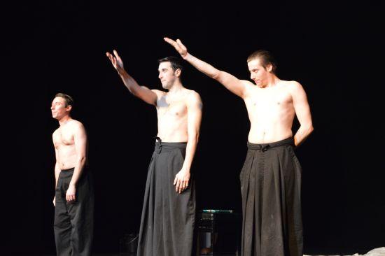 Arnaud Agnet, Adrien Mauduit y Alexis Sébileau saludan al final de la representación