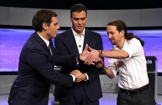Cruce de manos entre Albert Rivera, Pedro Sánchez y Pablo Iglesias en el debate electoral