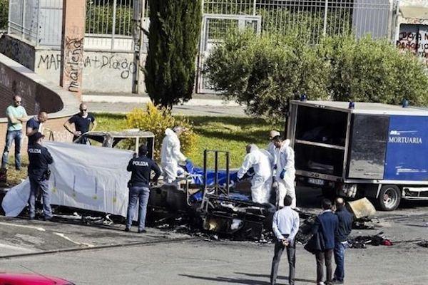 Restos de la furgoneta incendiada en el momento en que rescatan los restos de Elizabeth, Francesca y Angelica Hainovic, de 20, ocho y cuatro años de edad.