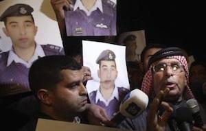 Safi Yousef (dcha), padre del piloto jordano Muaz Kasasbeh