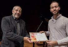 Manuel Aguilar, presidente de la Fundación SGAE, entrega el Premio Jóvenes Compositores 2016 a Abel Paúl. Foto: Marta Montes.