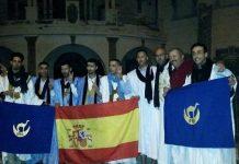 Seis miembros del grupo durante la recepción con activistas de derechos humanos frente al antiguo consulado español en Ifni. Enlaces