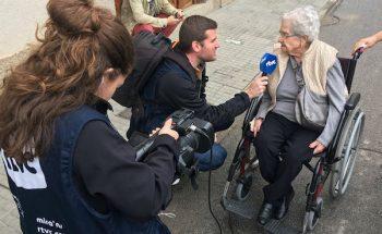 La TV comunitaria de Cardedeu (Barcelona) entrevista en la calle a una anciana que enfrenta las dificultades de las personas con discapacidad